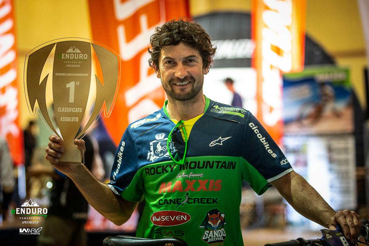 foto di Davide Sottocornola con il trofeo del circuito e-Enduro 2019.