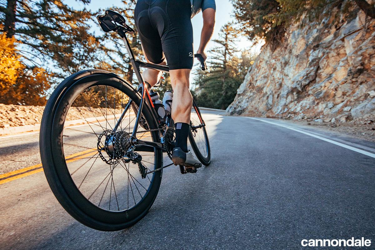 Un ciclista pedala in sella a una e-bike da corsa Cannondale SuperSix EVO Neo