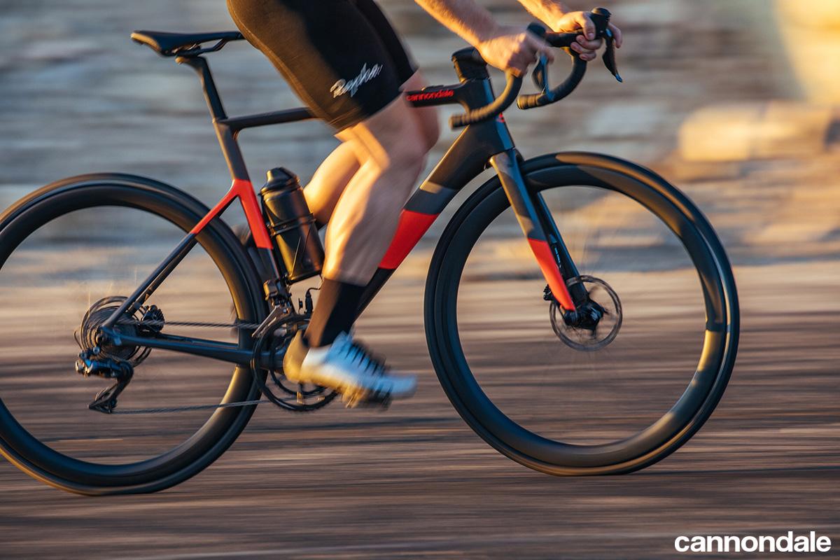 Un ciclista pedala in sella a una ebike da strada Cannondale SuperSix EVO Neo