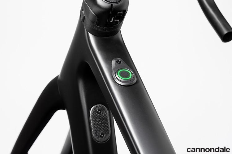 Un primo piano del pulsante di controllo iWoc della e-Road Cannondale SuperSix EVO Neo