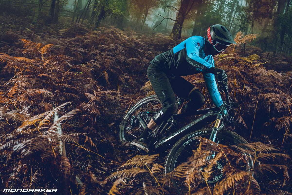 Un rider per il bosco in sella a una e-MTB biammortizzata Mondraker Crafty Carbon 2020