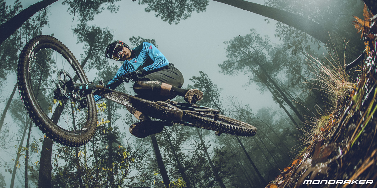 Un rider in salto in sella a una e-MTB full suspended Mondraker Crafty Carbon 2020