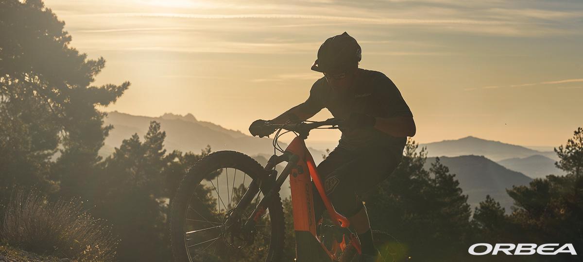 Un rider in montagna in sella a una eMTB 2020 Orbea