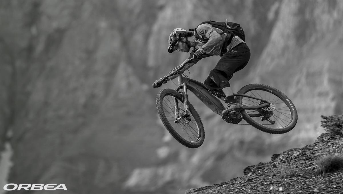 Un rider in salto in sella a una eMTB 2020 di Orbea