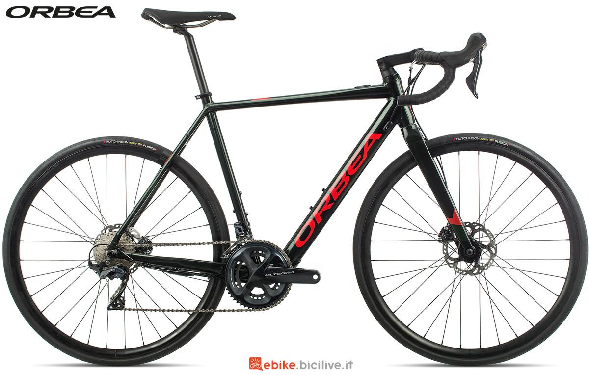 Una bicicletta da strada elettrica Orbea Gain D20