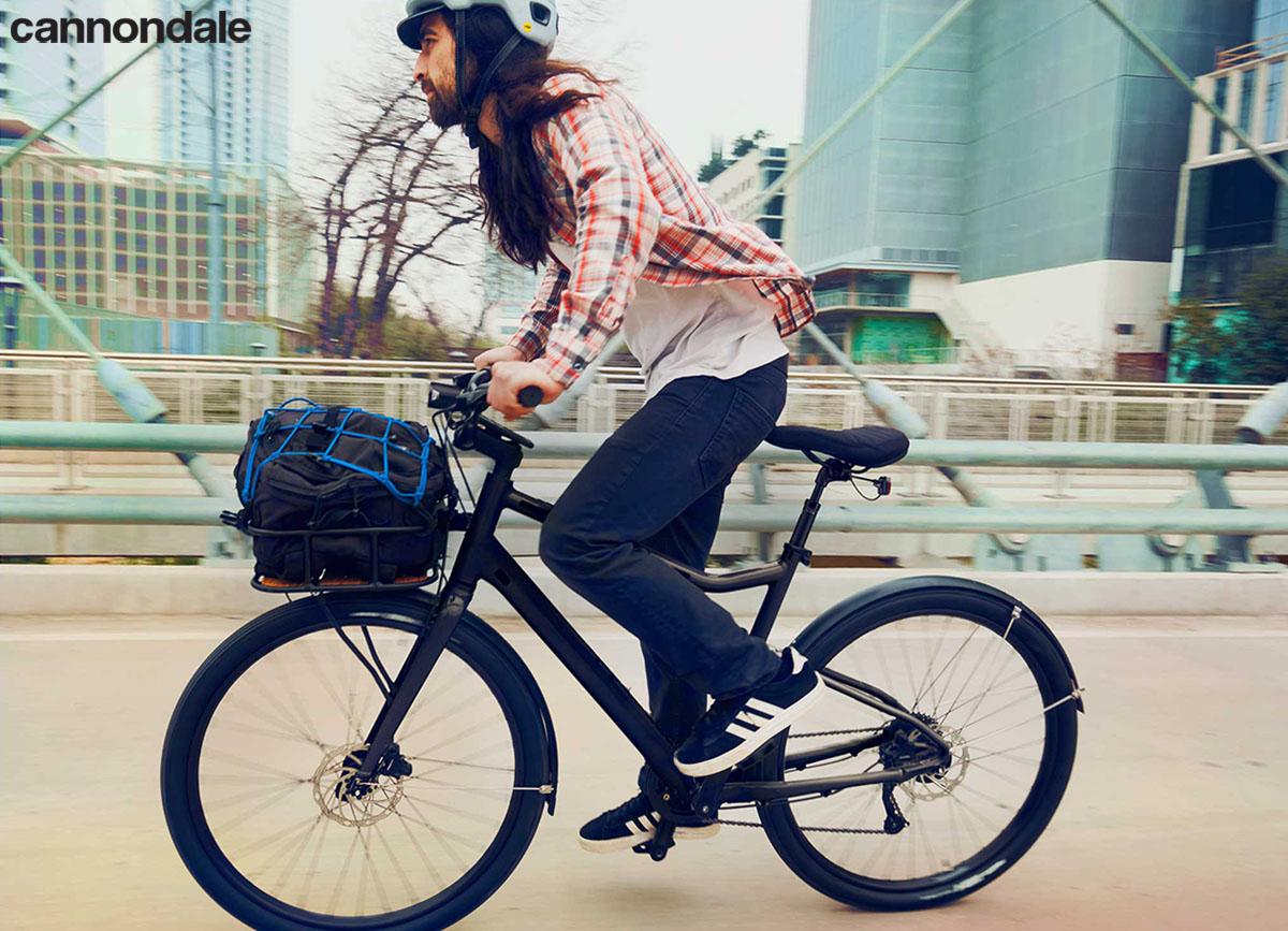 Il ciclista che pedala con la bici Cannondale Treadwell Neo 2020