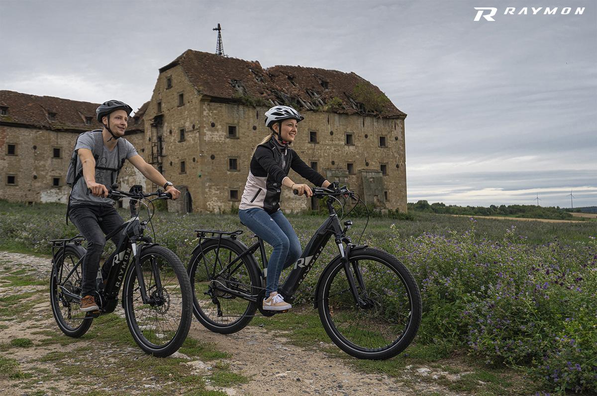 Coppia di cicloturisti in sella a due ebike R Raymon 2020