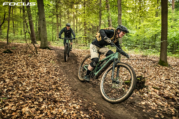 I ciclisti che pedalano con l'ebike Focus Thron2 2020