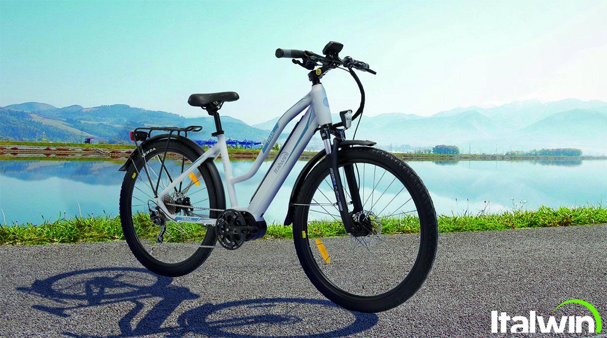 Una bici elettrica Italwin Trail Ultra Unisex su una strada 2020