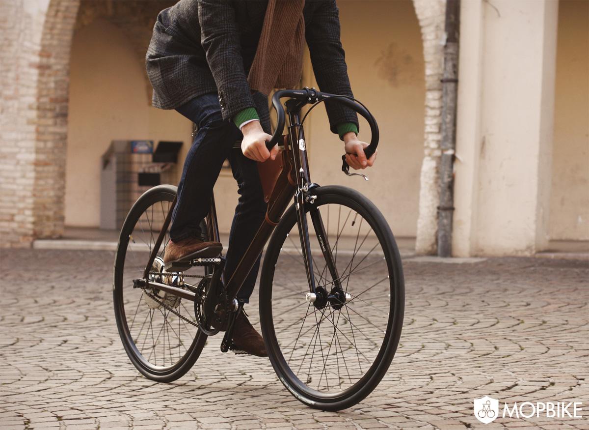 """La bicicletta elettrica a pedalata assistita """"H"""" Hybrid Chocolate di Mopbike"""
