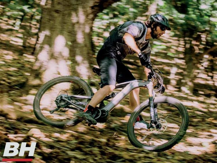 Rider nel bosco in sella a ebike BH XTEP 2020