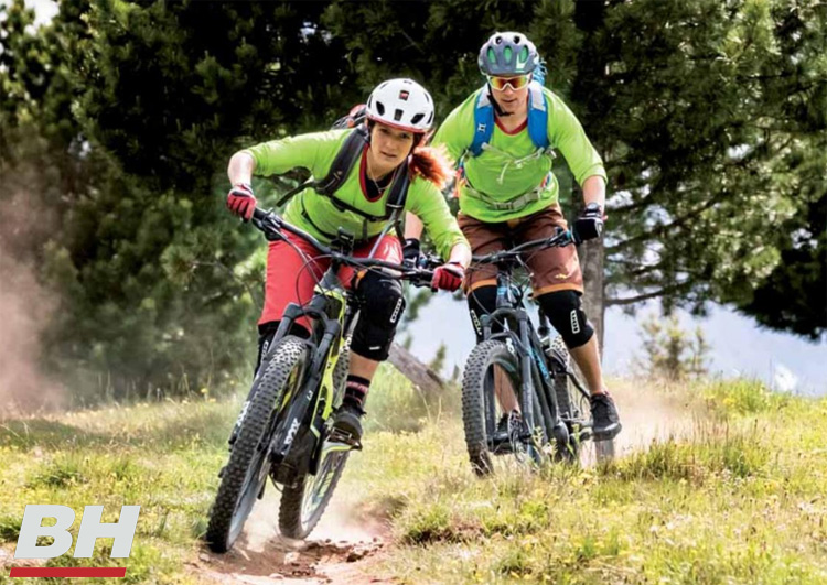 Rider donna e uomo in sella a ebike BH 2020