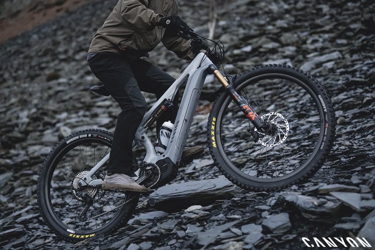 Un ciclista che pedala con la Spectral:ON 2020