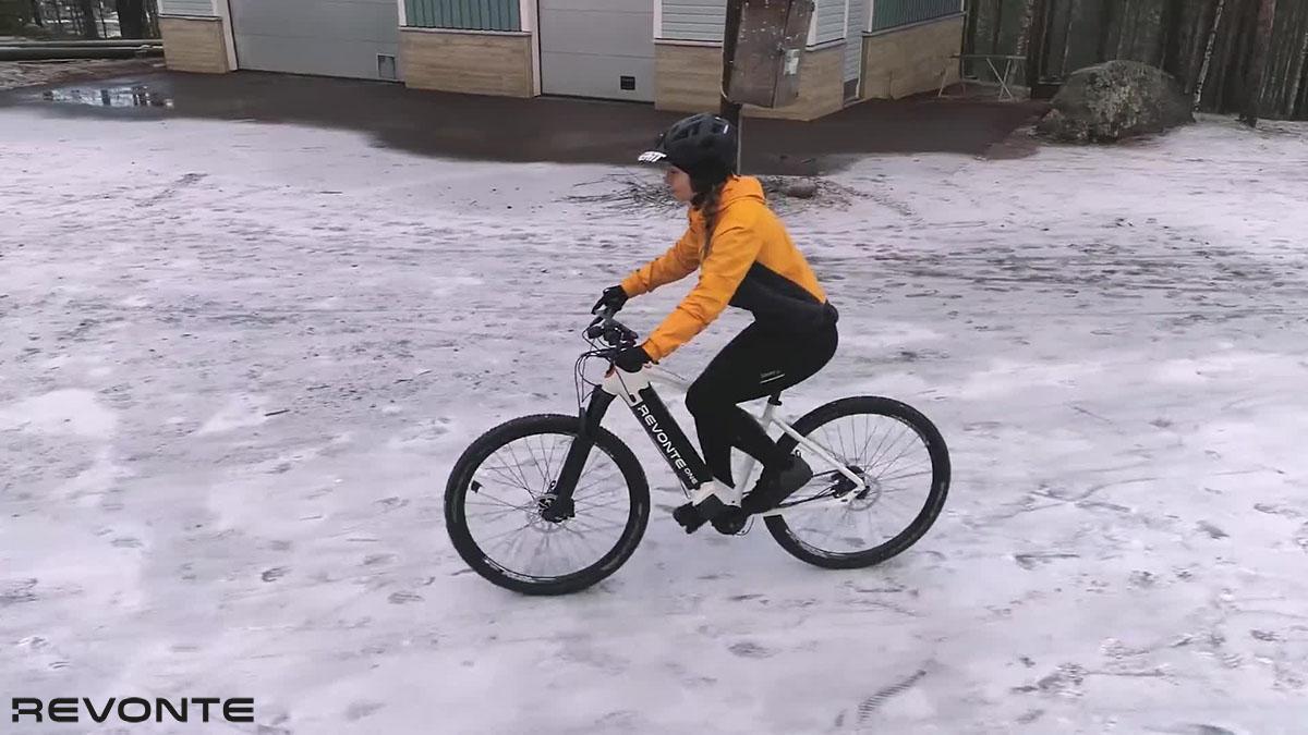 Una ciclista che pedala sulla neve con bici Revonte One 2020