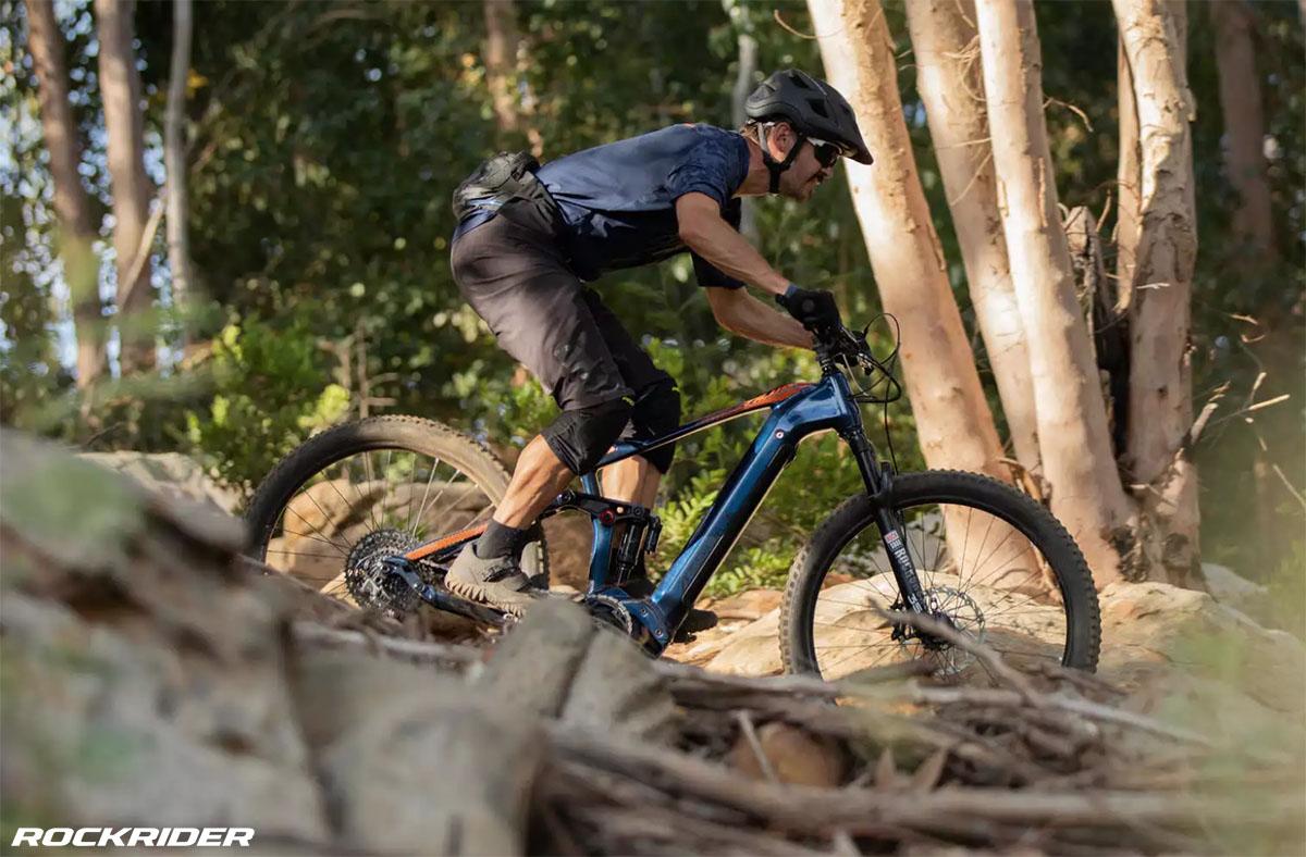 Un ciclista che pedala con la bici eMTB Rockrider Stilus 2020