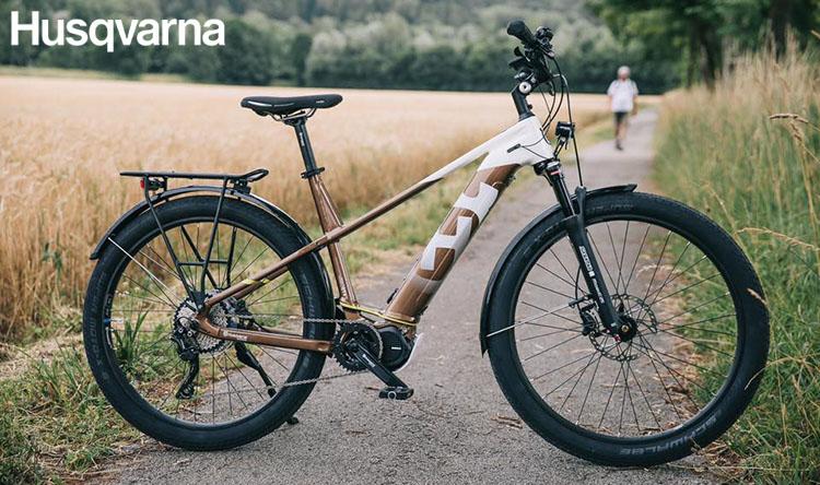 Una bici Gran Tourer 4 in una strada di campagna