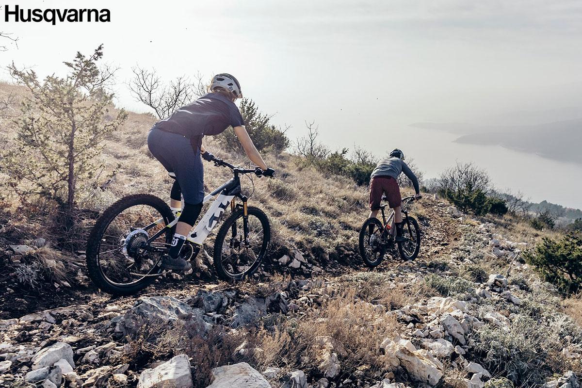 I ciclisti che scendono dalla montagna con bici Husqvarna 2020