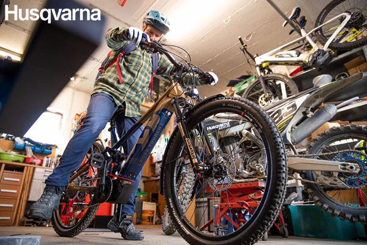 Un uomo in sella alla ebike Cross Tourer 6 in un negozio di biciclette