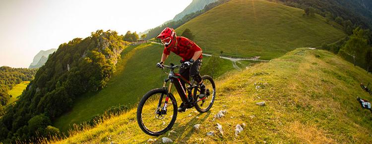 Rider in sella a eMTB 2020 in montagna