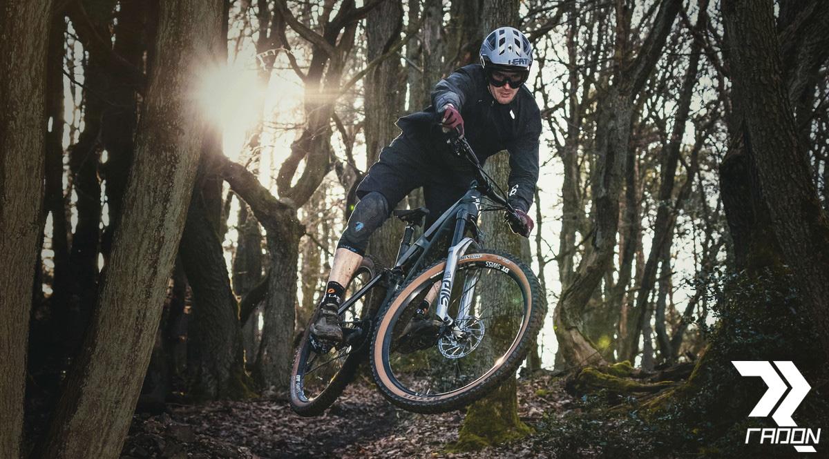 Un rider fa trail nei boschi su una eMTB Radon Render 10.0 HD