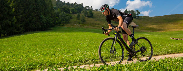 Ciclista in sella a ebike gravel 2020 Whistle