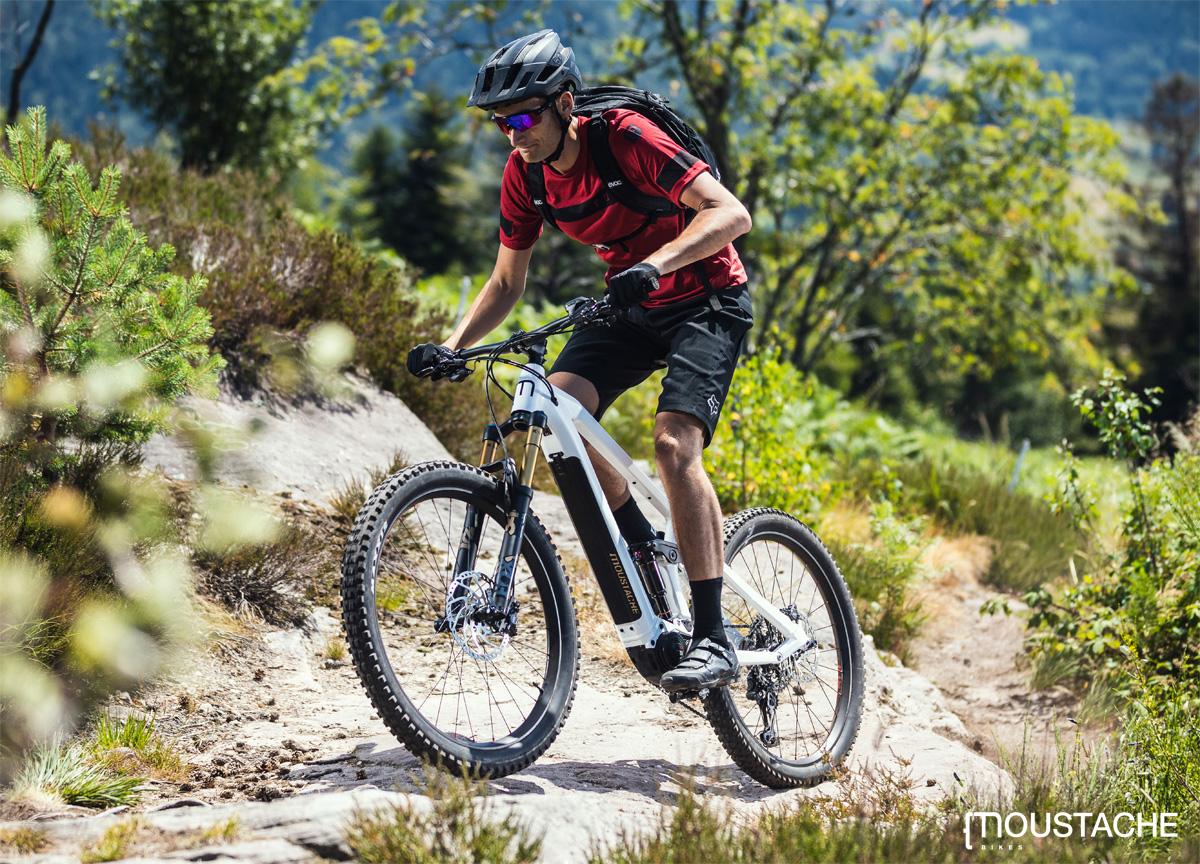 Rider mtb in sella a una bici elettrica Moustache 2020
