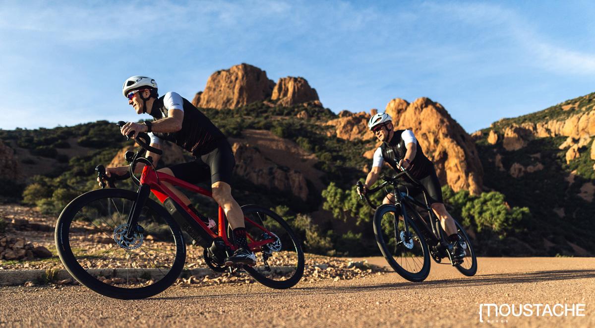 Due ciclisti viaggiano in sella a e-Strada a pedalata assistita Moustache 2020