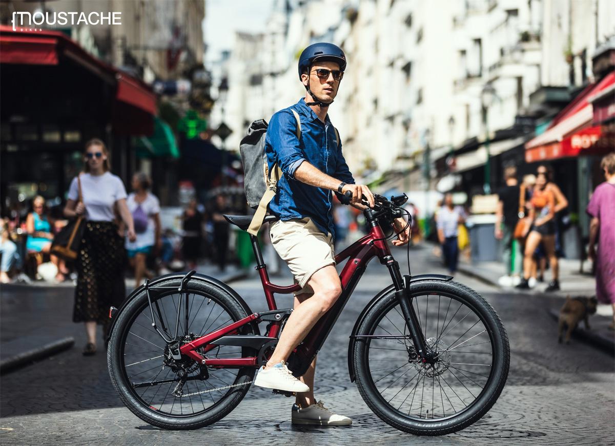Ciclista in sella a una city ebike Moustache 2020