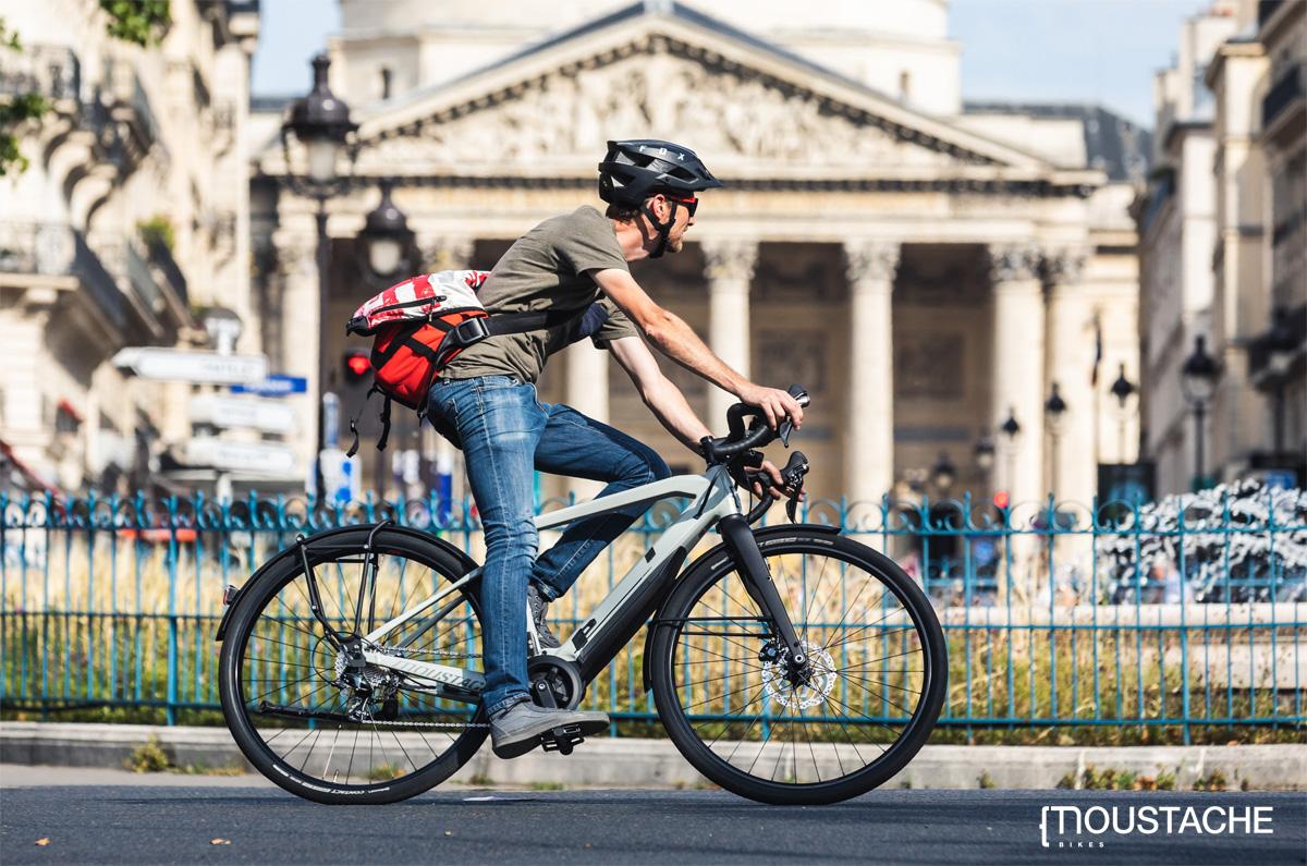 Ciclista si posta in città in sella a una bici elettrica Moustache 2020
