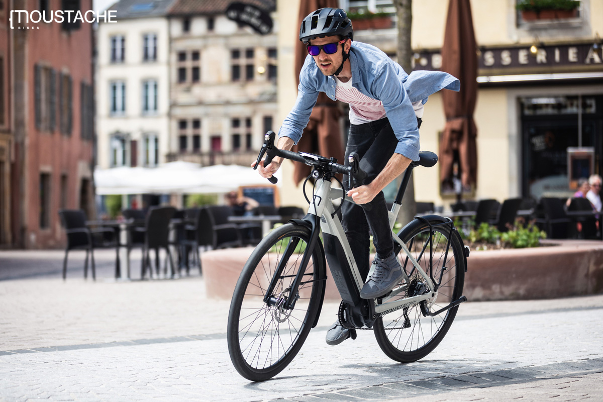 Ciclista urbano in sella a una e-Road Moustache 2020