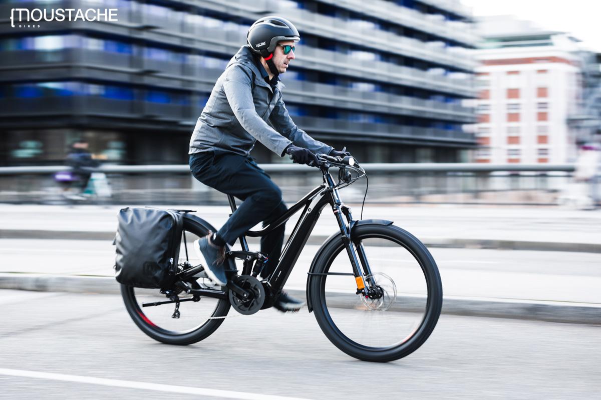 Ciclista urbano si sposta per la città in sella a una ebike Moustache 2020