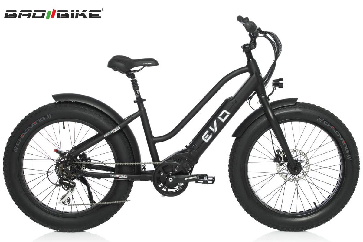 Una bici Bad Bike Polini nera vista lateralemente