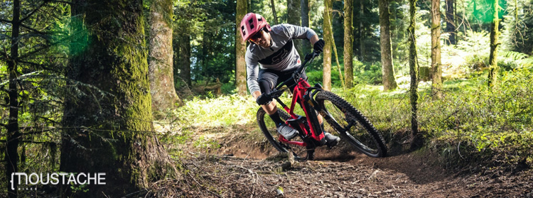 Rider in discesa in sella a una ebike Moustache Samedi 29 Game 2020