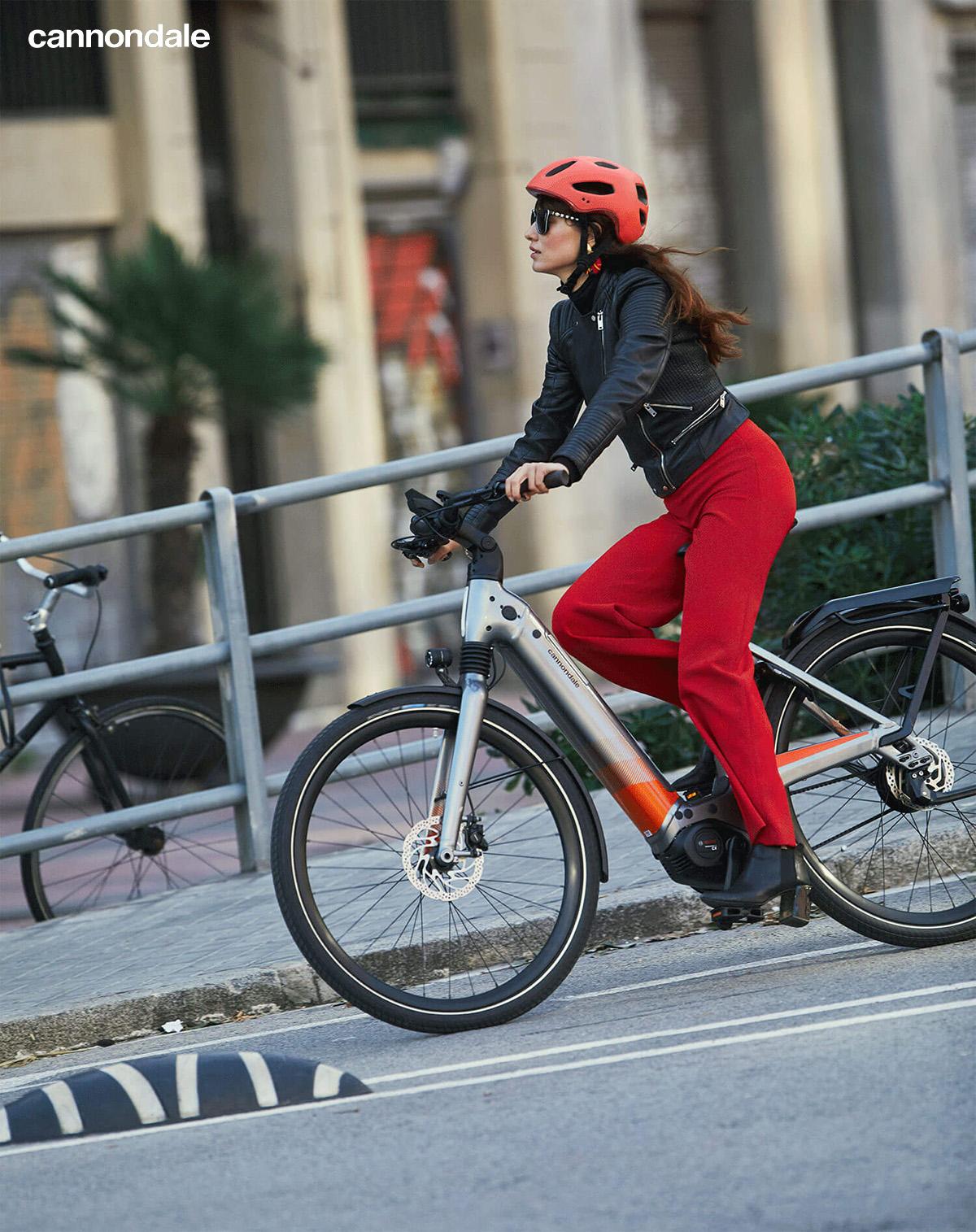 Ragazza pedala in sella alla e-bike da città Cannondale Mavaro Neo 2020