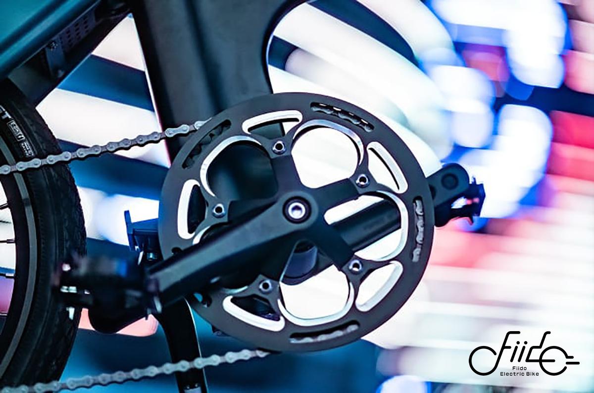 Dettaglio di corona e pedali della Fiido D11