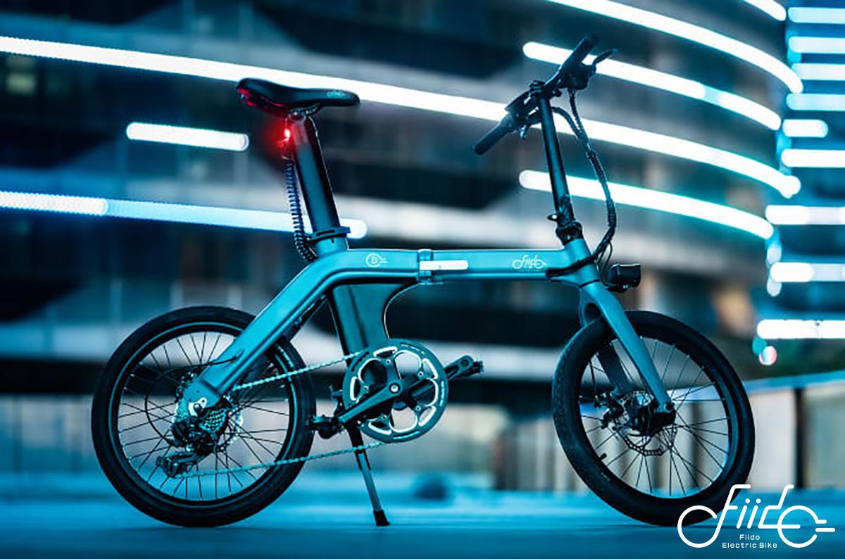 La bici elettrica pieghevole Fiido D11 parcheggia grazie al pratico cavalletto