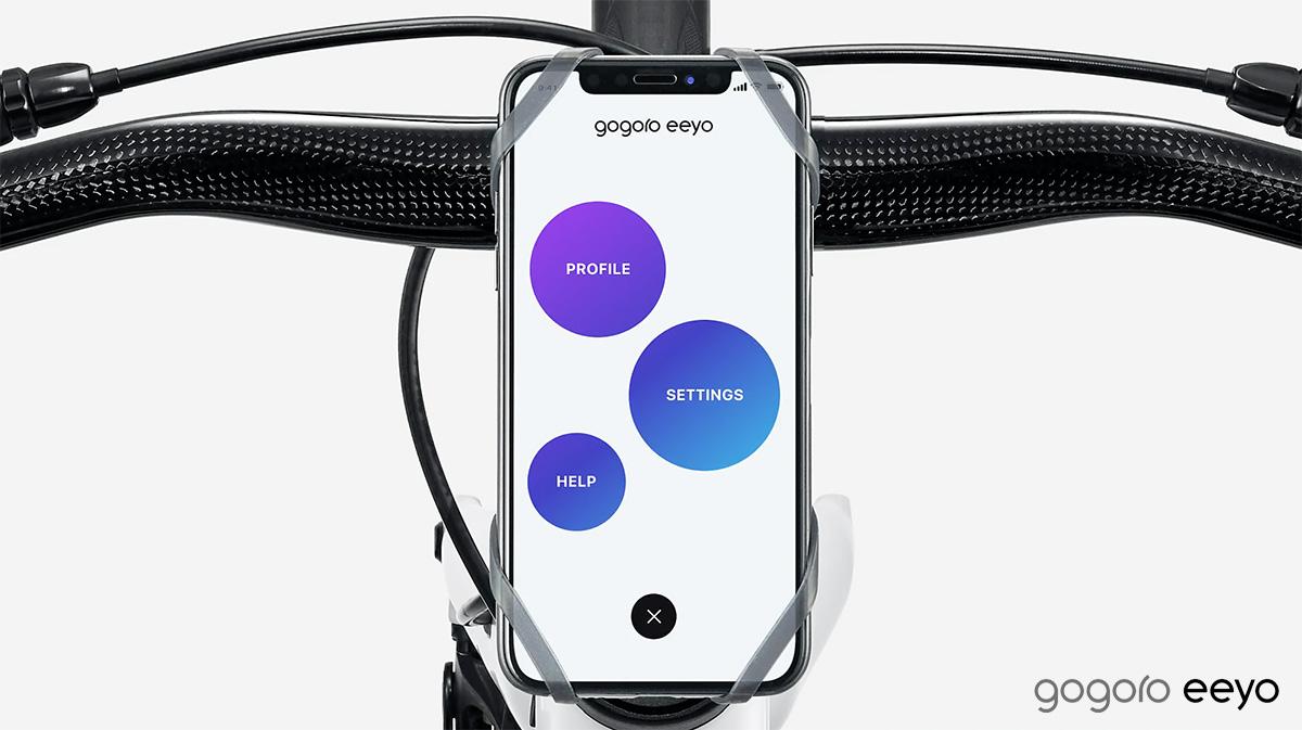 Uno smarphone con App che funge da display sulla e-bike Gogoro Eeyo