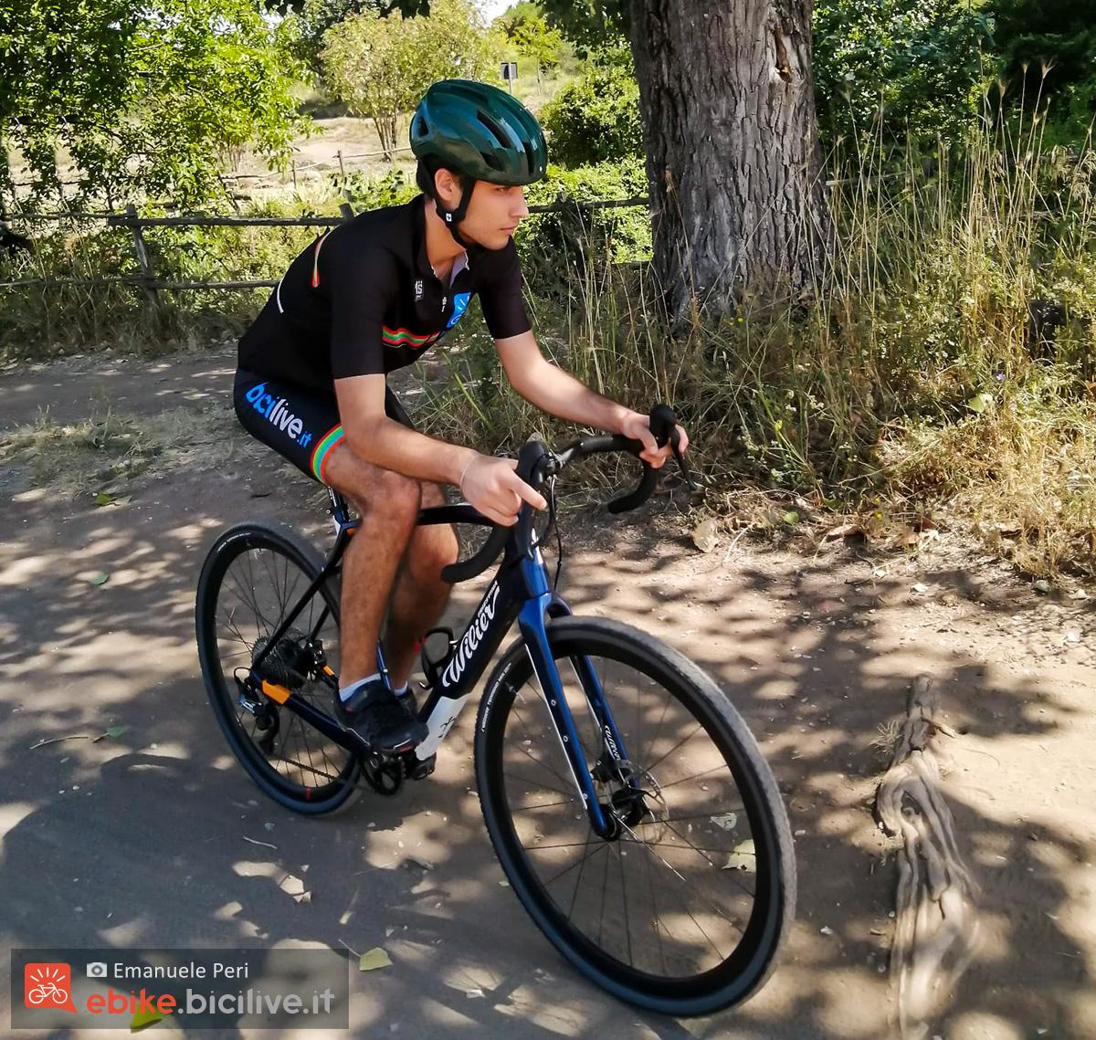 Emanuele Peri in sella alla bici elettrica da gravel Wilier Jena Hybrid 2020