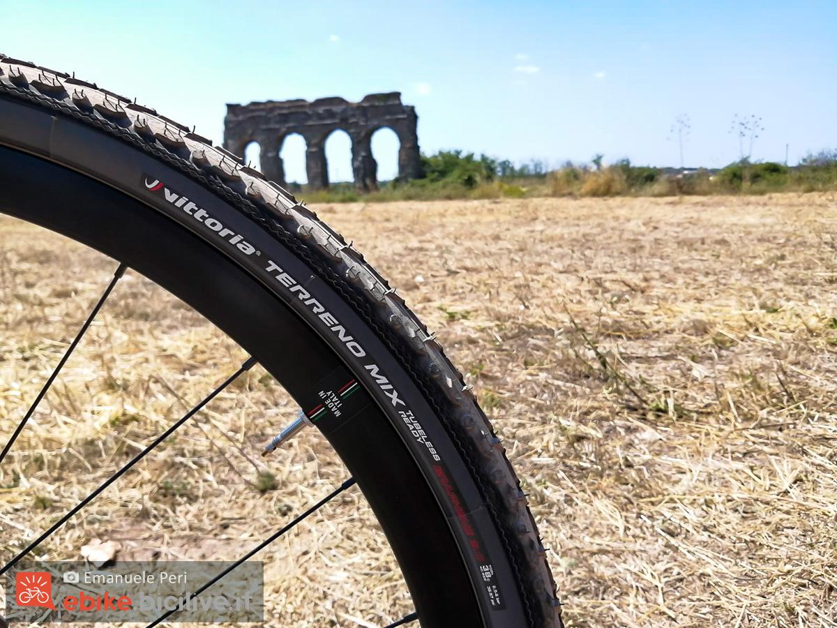Dettaglio ruota da gravel del modello e-bike Wilier Triestina Jena Hybrid 2020