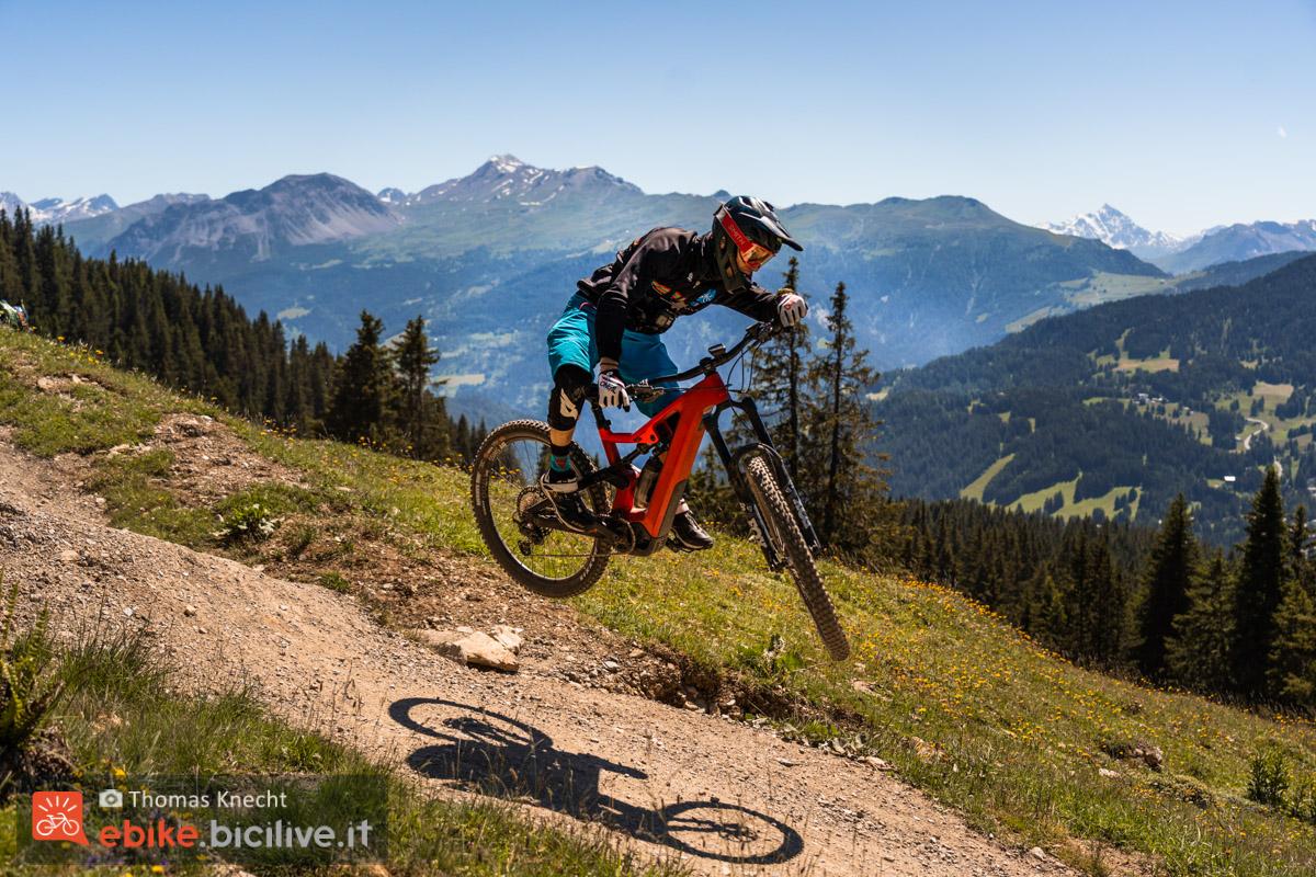 Foto di Claudio Riotti su un salto con la emtb Uproc6 di Flyer.