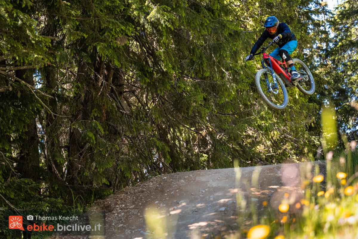 Foto di Claudio Riotti su un salto con la Flyer Uproc6 a Lenzerheide.