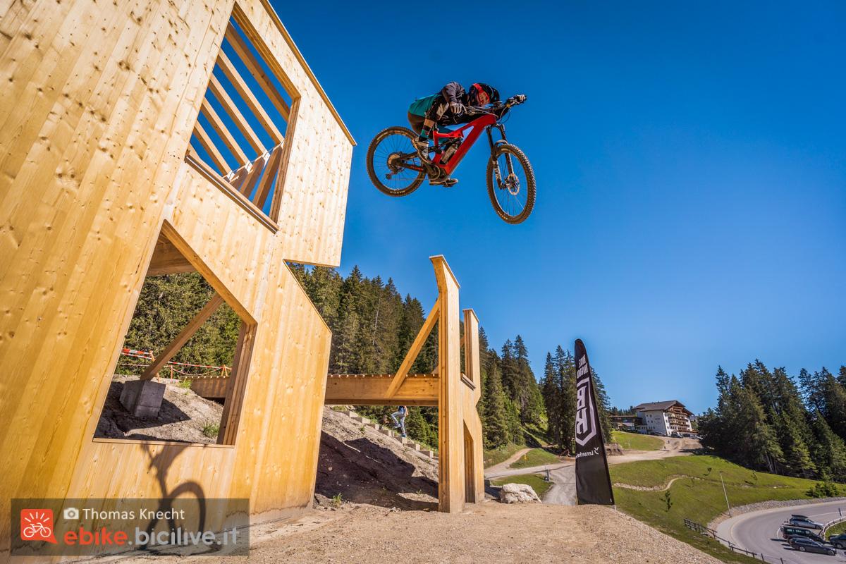 Foto di Claudio Riotti sul drop finale di Lenzerheide con la emtb Flyer Uproc6.