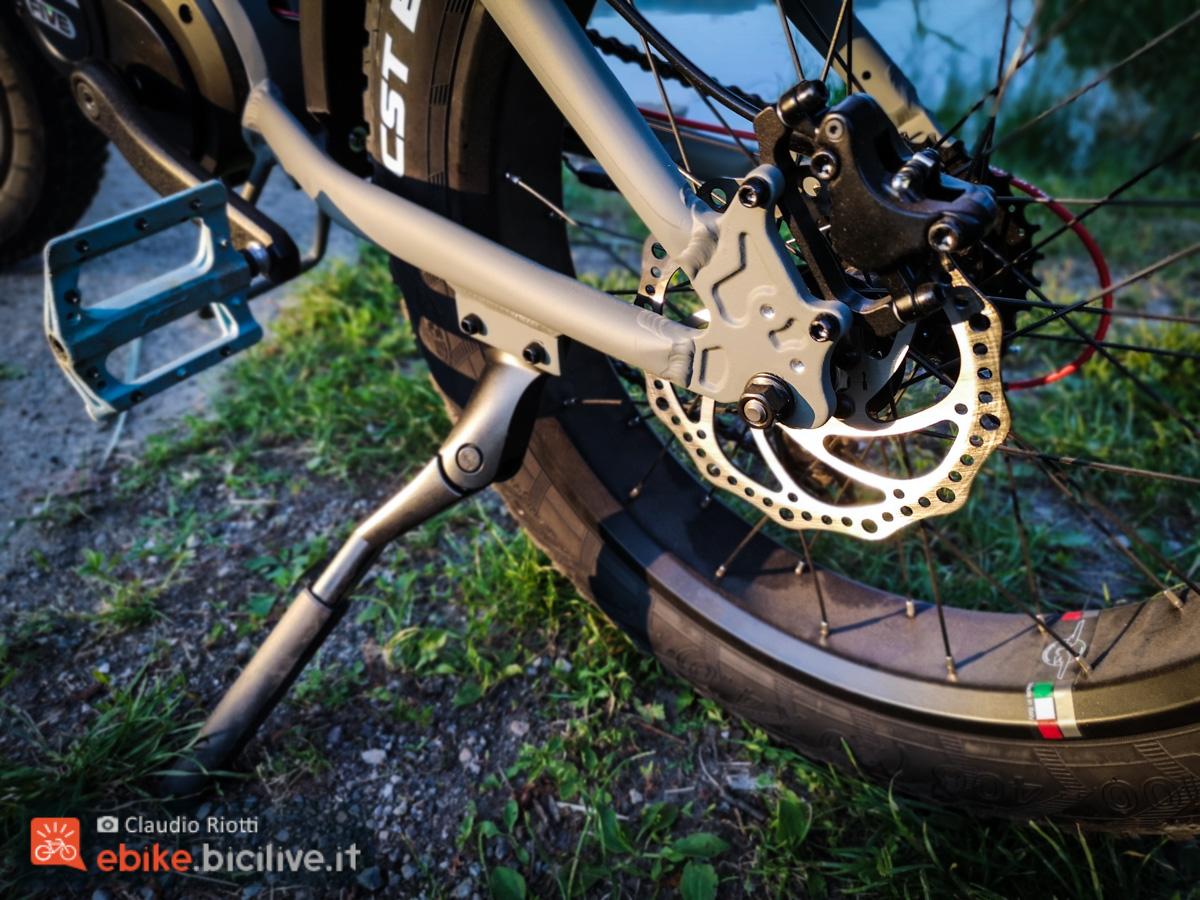 Foto del cavalletto laterale e il freno a disco posteriore della K2 MAX di Italwin