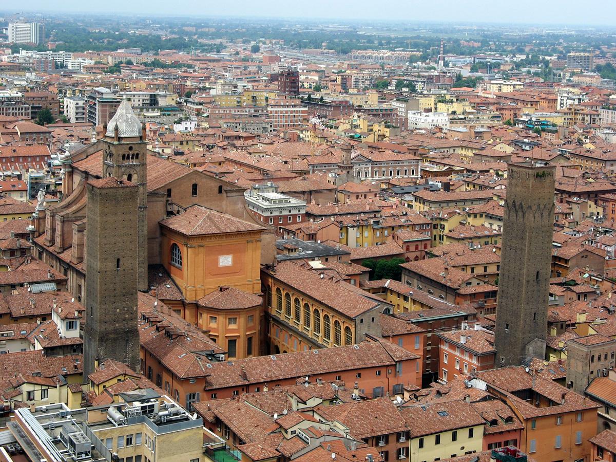 Foto panoramica della cattedrale di San Pietro a Bologna