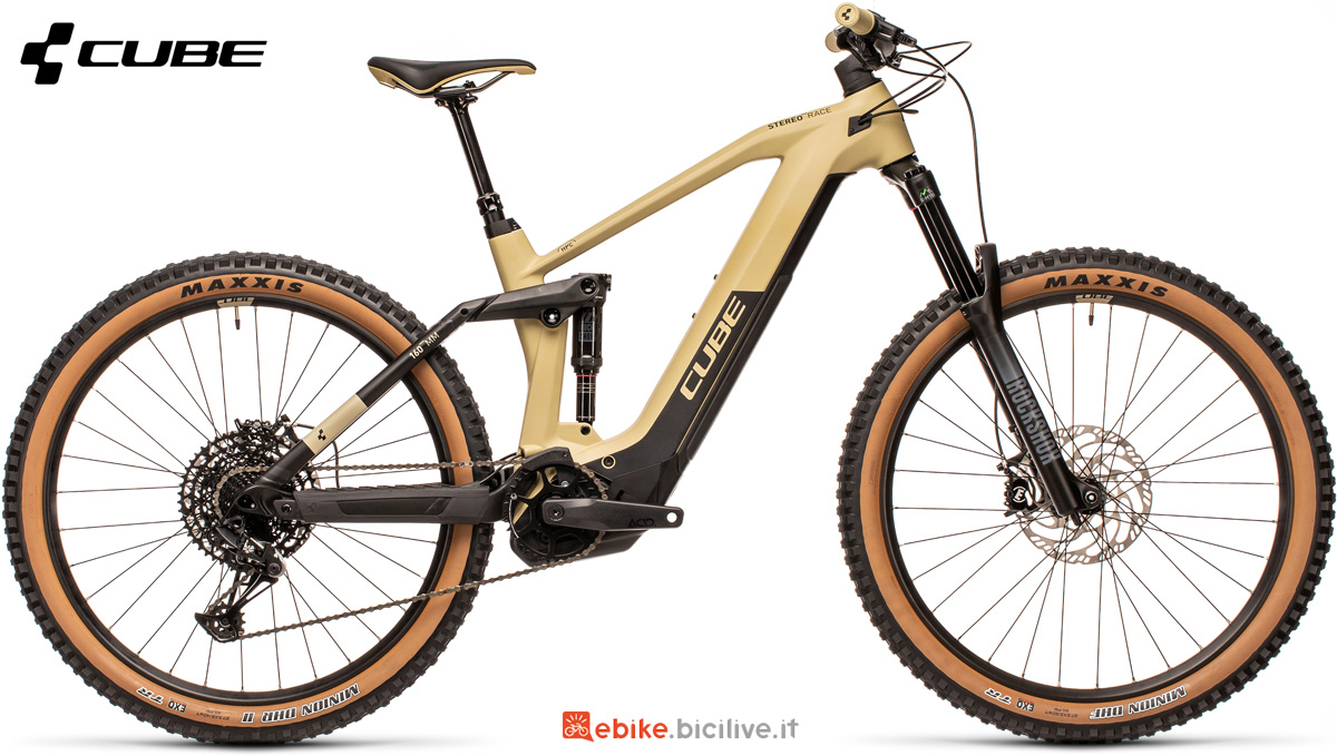 Una mountain bike elettrica full suspension Cube Stereo Hybrid 160 HPC Race 625 27.5