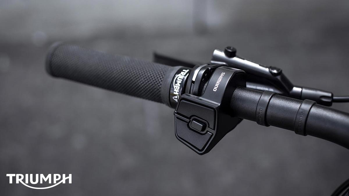 I comandi sul manubrio della ebike a pedalata assistita Triumph Trekker GT in vendita dal giugno 2020