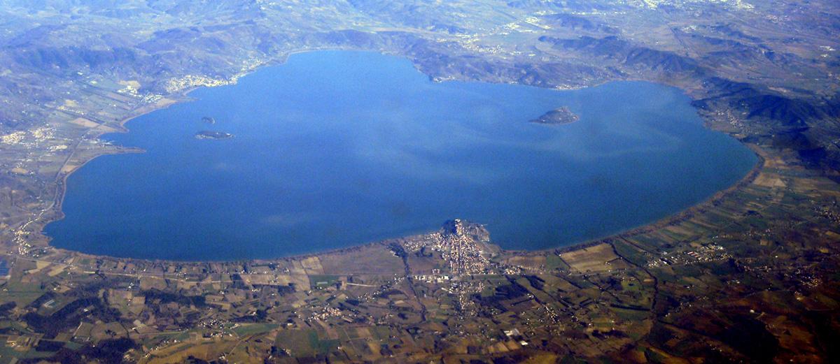 Vista aerea del Lago Trasimeno in Umbria (Italia)