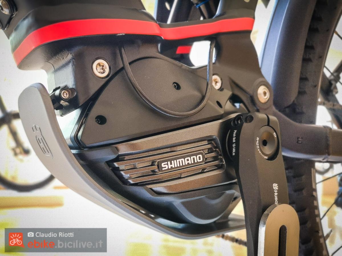 Il nuovo motore Shimano EP8 dal lato sinistro montato su una e-trekking di Husqvarna.