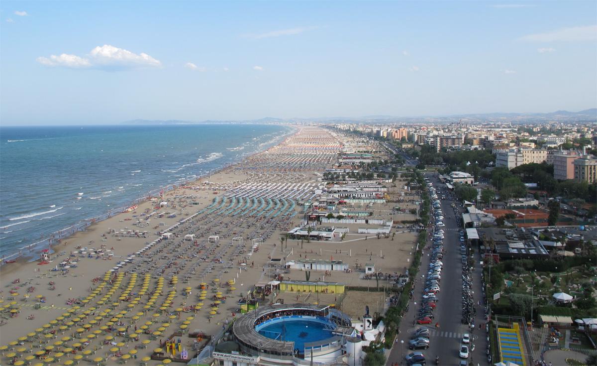 Foto panoramica della spiaggia e il lungomare di Rimini