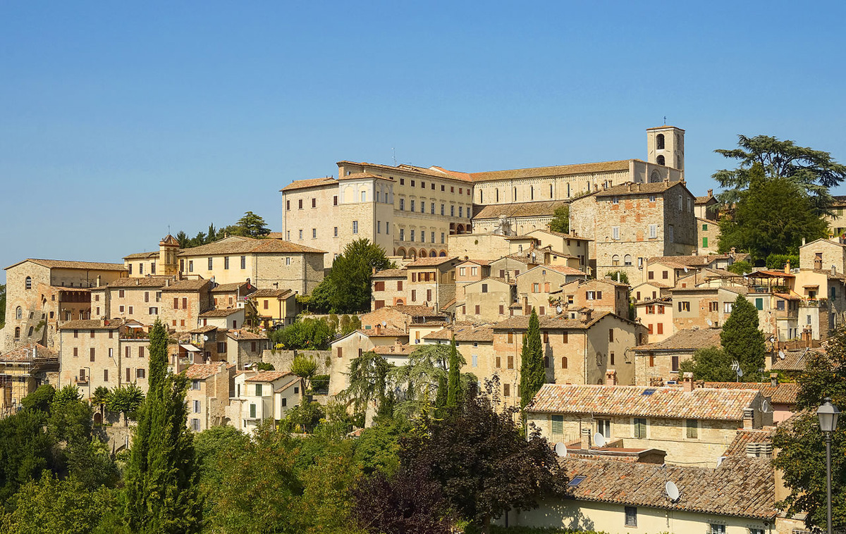 Vista panoramica della città medievale di Todi in Umbria (Italia)